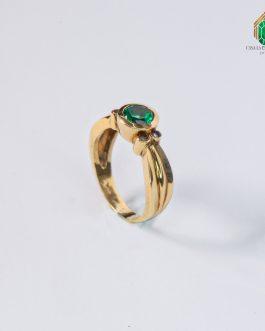 Anillo Oro Amarillo 18k Esmeralda Redonda Al Bisel Con 2 Diamantes A Cada Lado