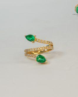 Anillo Oro Amarillo con Dos Esmeralda En Uñas y Diamantes