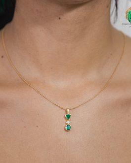 Dije En Oro Amarillo Con Dos Esmeralda Un Corte Triangular, Circular Y Con Diamante